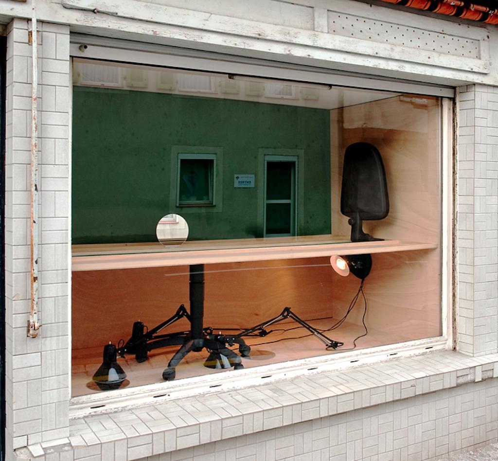 L'organisation du travail, 2011 - Schaufenster 19ème Biennale de Sélestat - bois , chaise de bureau farine, lampe, miroir.