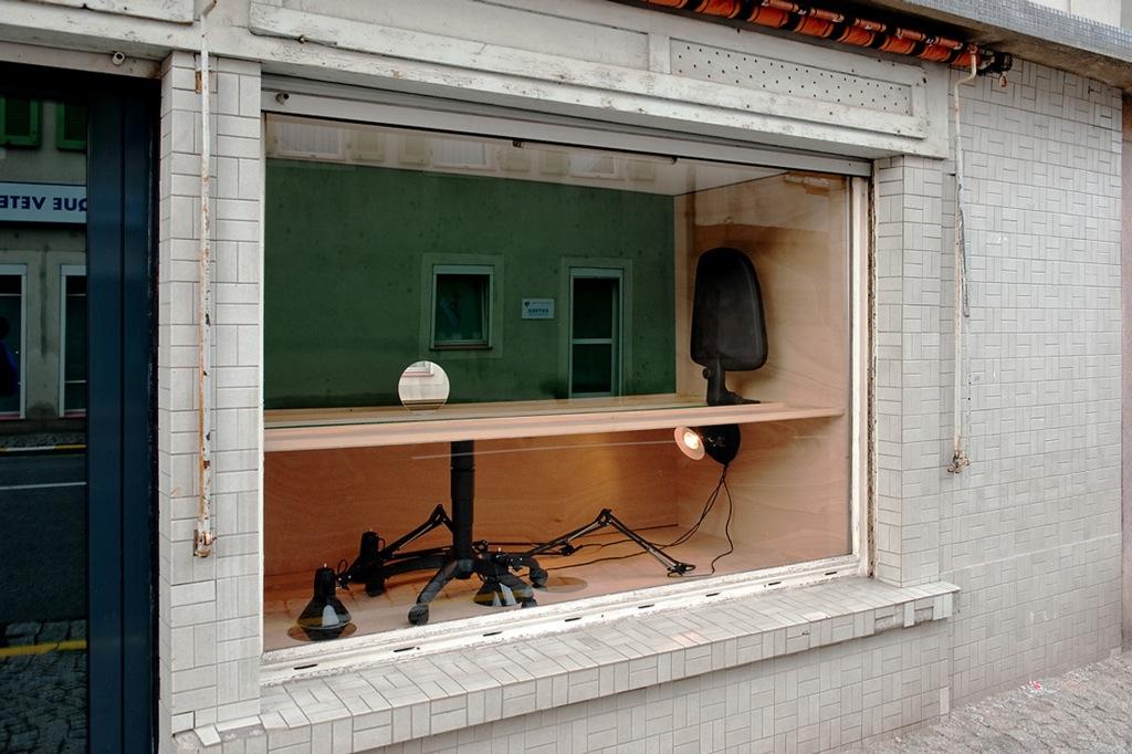 L'organisation du travail, 2011 - Schaufenster - 19ème Biennale d'art contemporain de Sélestat - bois , chaise de bureau farine, lampe, miroir.