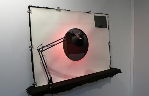 L'appareil photo, 2009 - Papier, polycarbonate, lampe, étagère.
